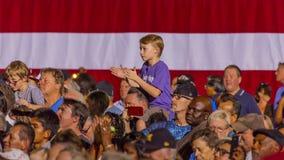 12 de octubre de 2016, el muchacho aplaude para el candidato demócrata a la presidencia que Hillary Clinton como ella hace campañ Imágenes de archivo libres de regalías