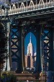23 de octubre de 2016 - el puente de Manhattan enmarca el Empire State Building, NY NY Fotos de archivo