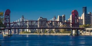 24 de octubre de 2016 - el puente de NUEVA YORK - de Roosevelt Island viaja sobre East River del Queens a Nueva York Imágenes de archivo libres de regalías