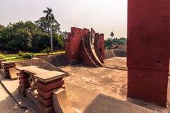 27 de octubre de 2014: Estructuras del observatorio de Jantar Mantar adentro Foto de archivo