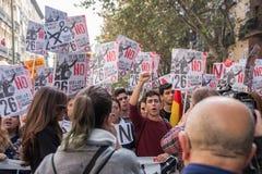 26 de octubre de 2016 - estudiantes que marchan en la protesta contra política de la educación en Madrid, España Imagenes de archivo