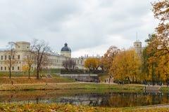 11 de octubre de 2014, Gatchina, Rusia, charca de Karpin, palacio grande de Gatchina Imagen de archivo