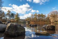 18 de octubre de 2014, Gatchina, Rusia Lago Beloye, parque de Dvortsovyy, paisaje del otoño Fotos de archivo libres de regalías