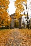 11 de octubre de 2014, Gatchina, Rusia, puerta en el parque en el palacio de Gatchina, otoño del Ministerio de marina Foto de archivo