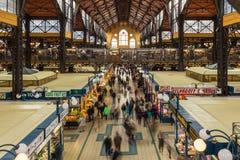 18 DE OCTUBRE DE 2016 Gente en el mercado central Budapest, Hungría Foto de archivo libre de regalías