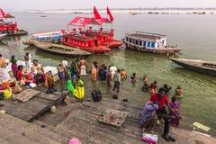 31 de octubre de 2014: Gente en el río Ganga en Varanasi, la India Foto de archivo libre de regalías