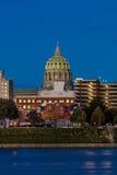 25 de octubre de 2016 - HARRISBURG, PENNSYLVANIA, el horizonte de la ciudad y el capitolio del estado tiraron en la oscuridad del Fotografía de archivo
