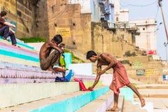 31 de octubre de 2014: Hombres que se bañan en el Ganga en Varanasi, la India Imagenes de archivo