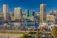 28 de octubre de 2016 - iluminación interna de la última hora de la tarde del puerto de Baltimore de las naves y del horizonte, B Foto de archivo libre de regalías