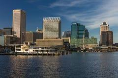 28 de octubre de 2016 - iluminación interna de la última hora de la tarde del puerto de Baltimore de las naves y del horizonte, B Imagen de archivo libre de regalías