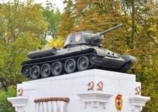 20 de octubre de 2016 - Kamianets-Podilskyi, Ucrania: El tanque t-34 en el pedestal El tanque de HDR Fotos de archivo