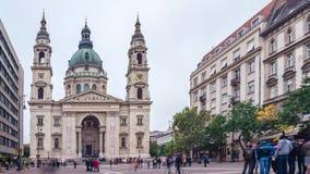 17 de octubre de 2016 Lapso de tiempo Gente en el cuadrado delante de la iglesia de Istvan del santo Budapest almacen de video