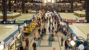 18 DE OCTUBRE DE 2016 Lapso de tiempo Gente en el gran mercado Pasillo Budapest almacen de metraje de vídeo