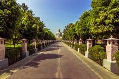 30 de octubre de 2014: Manera a la gran estatua de Buda en Bodhgaya, adentro Fotos de archivo libres de regalías
