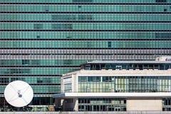 24 de octubre de 2016 - NUEVA YORK - cercano para arriba de Naciones Unidas que construyen ventanas y la antena parabólica de Eas Imagenes de archivo