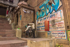 31 de octubre de 2014: Peluquería de caballeros en Varanasi, la India Foto de archivo libre de regalías
