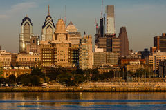 15 de octubre de 2016, Philadelphia, los skyscrappers del PA y el horizonte en la salida del sol reflejan la luz de oro en el río Fotos de archivo libres de regalías
