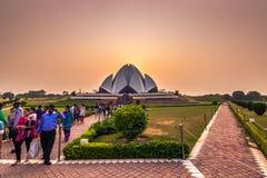 28 de octubre de 2014: Puesta del sol en el templo de Lotus en Nueva Deli, la India Fotos de archivo