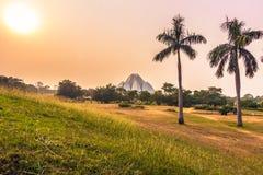 28 de octubre de 2014: Puesta del sol en Lotus Temple en Nueva Deli, la India Fotografía de archivo libre de regalías