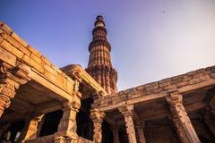 27 de octubre de 2014: Ruinas del Qutb Minar en Nueva Deli, la India Imagenes de archivo