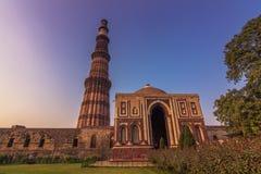 27 de octubre de 2014: Ruinas del Qutb Minar en Nueva Deli, la India Fotos de archivo libres de regalías