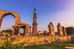 27 de octubre de 2014: Ruinas del Qutb Minar en Nueva Deli, la India Foto de archivo