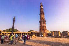 27 de octubre de 2014: Ruinas del Qutb Minar en Nueva Deli, la India Imágenes de archivo libres de regalías