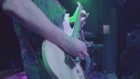 7 de octubre de 2016, Rusia, Moscú, estruendo travieso de la banda de rock de la música de concierto almacen de metraje de vídeo