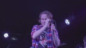 7 de octubre de 2016, Rusia, Moscú, estruendo travieso de la banda de rock de la música de concierto almacen de video