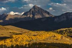 2 de octubre de 2016 - San Juan Mountains In Autumn, cerca de Ridgway Colorado - de Mesa de Hastings, camino de tierra al telurur Fotos de archivo libres de regalías