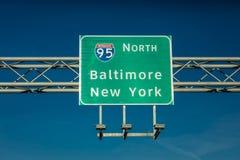 28 de octubre de 2016 señal de tráfico de la autopista 95 que dirige conductores a Nueva York o a Baltimore, Doctor en Medicina Foto de archivo libre de regalías