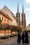 23 de octubre de 2016: Tres monjas caminan abajo del camino hacia Wroclaw Foto de archivo