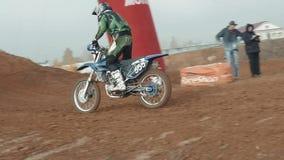 10 de octubre de 2017 Nizhny Novgorod, Rusia, corredor en la motocicleta participa en el motocrós a campo través en vuelo, salta metrajes