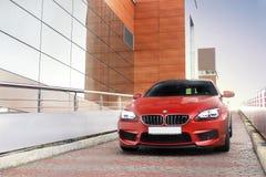 19 de octubre de 2015; Ucrania, Kiev; BMW M6 sale del estacionamiento imagen de archivo