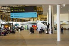 4 de octubre de 2017 viajeros en el área del incorporar y el concurso restaurados y modernizados de las compras del aeropuerto de Fotografía de archivo libre de regalías