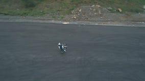 15 de octubre de 2018 Vladivostok, Rusia Hombre de truco que monta su motocicleta, trucos de la bici del moto, funcionamiento del almacen de video