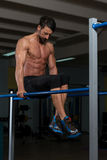 De Oefening van atletendoing heavy weight op Brug Stock Fotografie