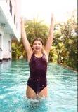 De oefening van de meisjessprong in zwembadwater Royalty-vrije Stock Fotografie