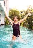 De oefening van de meisjessprong in zwembadwater Royalty-vrije Stock Foto