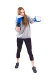 De oefening van het Kickboxingsmeisje in studio stock foto
