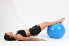 De oefening van het saldo door atletische jonge vrouw Stock Fotografie