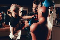 De Oefeningen die van vaderand son boxing in Gymnastiek opleiden royalty-vrije stock fotografie