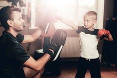 De Oefeningen die van vaderand son boxing in Gymnastiek opleiden royalty-vrije stock afbeelding