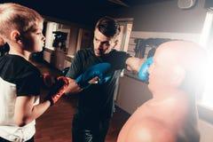De Oefeningen die van vaderand son boxing in Gymnastiek opleiden royalty-vrije stock afbeeldingen