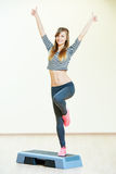 De oefeningen van de aerobicsgeschiktheid met stap Stock Foto