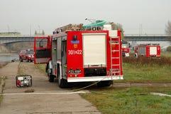 De oefeningen van de brandbrigade op rivierbank Royalty-vrije Stock Fotografie