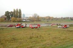 De oefeningen van de brandbrigade op rivierbank Stock Afbeeldingen