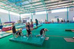 De Oefeningen van de de Meisjesvloer van gymnastiekjongens royalty-vrije stock afbeelding