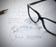 De oefeningen van de fysica die op een Witboek worden geschreven Stock Foto