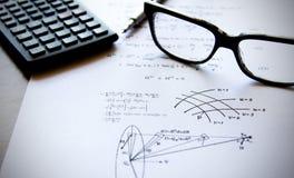 De oefeningen van de fysica die op een Witboek worden geschreven Stock Foto's